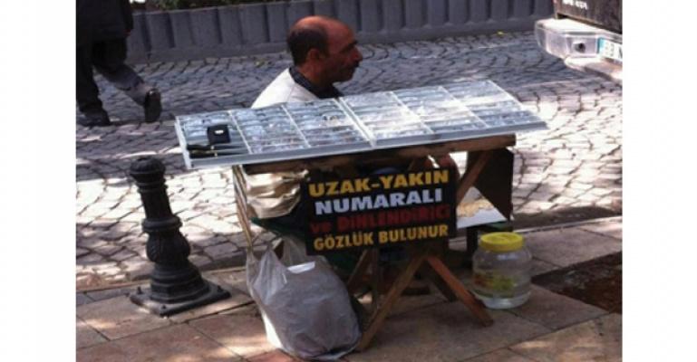 Camii önünde işporta da satılan numaralı gözlükler